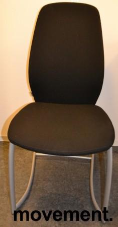 Kinnarps Plus 376 konferansestol i sort stofftrekk, grått understell, pent brukt bilde 1