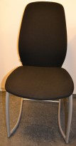 Kinnarps Plus 376 konferansestol i sort stofftrekk, grått understell, pent brukt