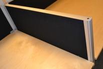Kinnarps Rezon bordskillevegg i sort/grått, 80x35cm, pent brukt