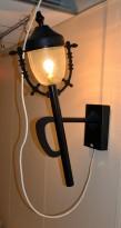 Vegglampe / dekorlampe i smijern-look, ca 95cm høyde, pent brukt