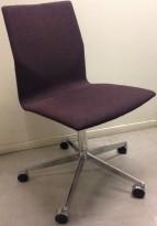 Konferansestol på hjul fra Fourdesign, Danmark, i dyp lilla / krom, pent brukt