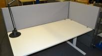 EFG Bordskillevegg i grått for skrivebord 180cm bredde, 48cm høyde, pent brukt