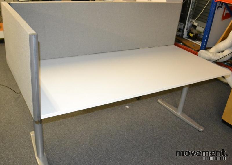 Opprinnelig EFG Bordskillevegg i grå strie forskrivebord kortside, 90cm bredde SS-26
