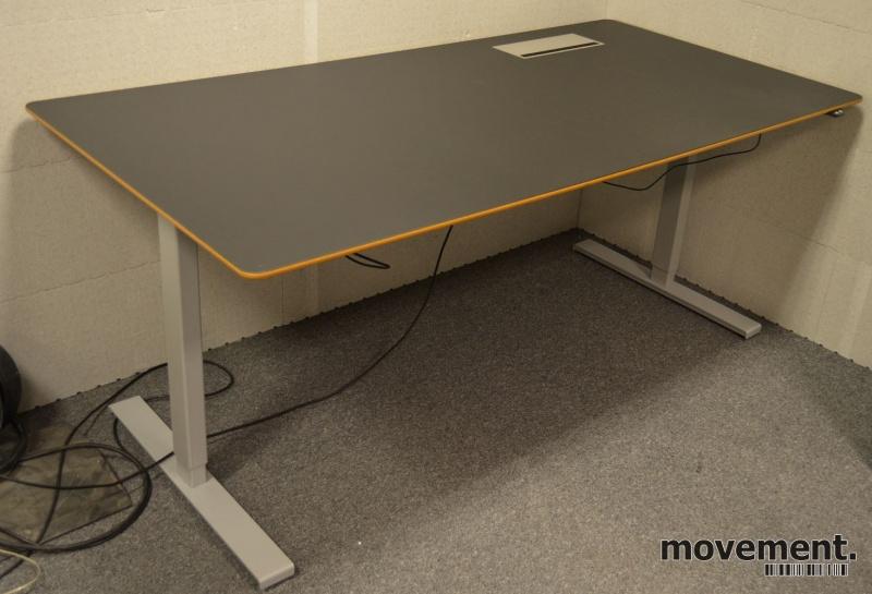 Montana DJOB hevsenk-skrivebord medbordplate i sort linoleum, 180x90cm, pent brukt