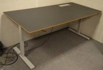 Montana DJOB hevsenk-skrivebord med bordplate i sort linoleum, 180x90cm, pent brukt