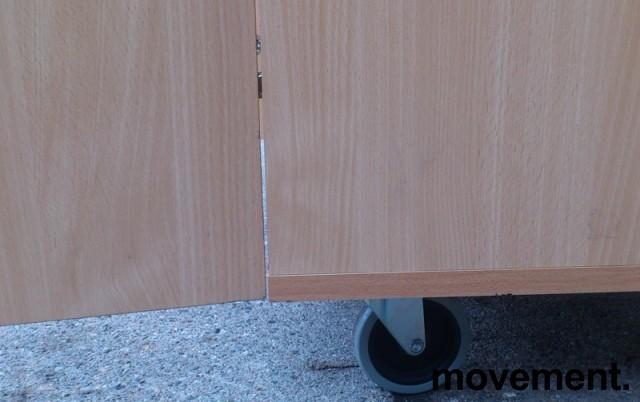 Skap i laminat med hjul, uttrekkshylle og skråstilt topp, pent brukt bilde 4