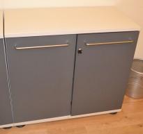 Skap med dører i lysegrått / grått, 2permhøyder, 79,5cm høyde, pent brukt