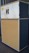 Kinnarps E-serie ringpermreol med sjalusi og dører, i bjerk/grått, sidepanel i grått, høyde 125cm, pent brukt. KUPPVARE