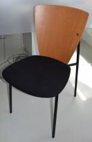 Stol i rødlig bøk/kirsebær med sort sete, pent brukt.