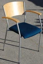 Konferansestol / Besøksstol blått stoff og bjerk armlene og rygg. Pent brukt
