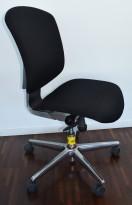 Kontorstol: Savo Maxikon 4 i nytrukket sort stoff, krom fotkryss/bakdeksel, u/lener, pent brukt