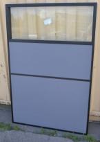 Skillevegg med sort ramme, grått stoff og glasstopp, bredde 100cm, høyde 150cm, pent brukt
