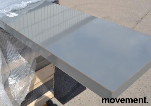 Benkeplate i mørk grå laminat, høyglans. 241x38cm, pent brukt