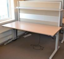 Steelcase elektrisk hevsenk skrivebord, plate i hvitpigmentert eik, 180x80, skillevegg inkl. Pent brukt