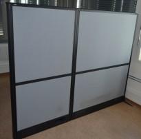 Skillevegg med sort ramme / grått stoff fra EFG, Screen Wall-serie, 122cm høyde, pent brukt