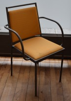 Konferansestol / møteromsstol fra Inno, modell Stack i grå/gulmønstret stoff/bjerk, pent brukt