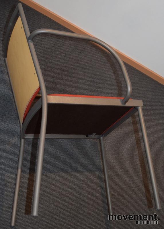Konferansestol / møteromsstol fra Inno, modell Stack i grått / rødt stoff / bjerk, pent brukt bilde 3