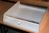 Liten bordmonter med base i hvitt metall, gjennomsiktig lokk i akryl, 45cm bredde, pent brukt