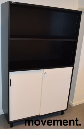 Svenheim skap, 4 permhøyder, sort skrog, hvite skyvedører, 100cm b x 166,5cm h, pent brukte bilde 2