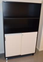 Svenheim skap, 4 permhøyder, sort skrog, hvite skyvedører, 100cm b x 166,5cm h, pent brukte