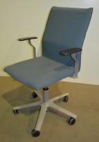 Kinnarps konferansestol på hjul med høy rygg, Arimi, lys blå stoff, pent brukt
