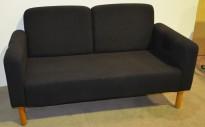 Sofa i sort stoff og kirsebær ben, 2 seter bredde 145cm, pent brukt