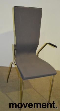 HovDokka konferansestol i grått stoff med krom ben og armlene, pent brukt bilde 1