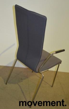 HovDokka konferansestol i grått stoff med krom ben og armlene, pent brukt bilde 2