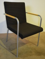 Offecct Quilt besøksstol / loungestol i sort stoff, grålakkerte ben og bjerk armlene, pent brukt