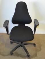 Ero kontorstol i sort stoff med armlene, pent brukt