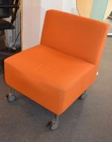 Loungestol på hjul i oransje stoff, pent brukt