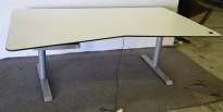 Skrivebord med elektrisk hevsenk, hvit plate med sort kant og magebue, 180x100cm, pent brukt