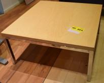 Lite loungebord / sofabord i bjerk/krom, 65x65cm, 32cm høyde, pent brukt