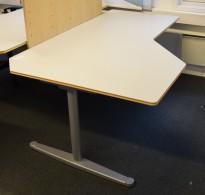 Horreds Free lekkert hjørneskrivebord i lysegrått / grått, 180x120cm, sving på venstre side, pent brukt