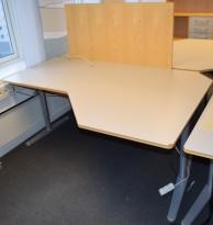 Horreds Free lekkert hjørneskrivebord i lysegrått / grått, 180x120cm, sving på høyre side, pent brukt