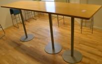 Rektangulært ståbord, 240x70cm H=110cm, bjerk plate, grått understell, brukt