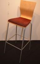 Barkrakk / barstol fra HovDokka, bjerk rygg, sete trukket i rødt mikrofiber, pent brukt