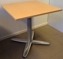 Kvadratisk 70x70cm bord / kaffebord, Kinnarps T-serie i bøk, fot i krom, 72cm h, pent brukt