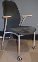 Besøksstol på hjul fra Kinnarps, mod Plus 375 i grått / grå comfort / bøk armlene, pent brukt