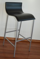 Barkrakk / barstol, grå ramme, sete i sort skinn, pent brukt