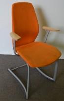 Møteromsstol/besøksstol fra Kinnarps, mod Plus 377 i oransje comfort / bøk armlene, pent brukt