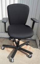 EFG Kontorstol, lav rygg og armlene, nytrukket i sort stoff, pent brukt