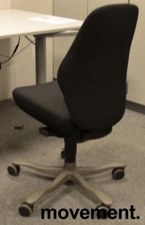 Kontorstol: Kinnarps FreeFloat 6000, Plus [6], lav rygg, nytrukket i sort, pent brukt bilde 2