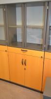 Kinnarps E-serie vitrineskap, bøk / grått, 4 høyder + skuff, 176cm høyde, 80cm bred, pent brukt