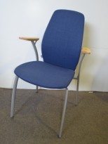 Møteromsstol/besøksstol fra Kinnarps, mod Plus 377 i blått stoff / bøk armlene, pent brukt