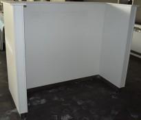 Skillevegg / avlukke i hvit laminat, fotlist i børstet stål, 190cm bredde, 150cm høyde, pent brukt