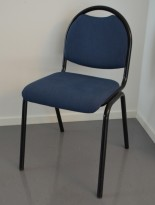 Konferansestol / stablestol / bankettstol i blått stoff, sort understell, pent brukt