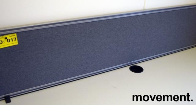 Kinnarps Rezon bordskillevegg i grå farge til kontorpult, 160cm bredde, 35cm høyde, pent brukt