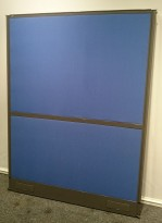EFG Skillevegg i blått med mørk grå ramme, 159cm høyde, 120cm bredde, Screen Wall-serie, pent brukte