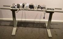Grått elektrisk hevsenk skrivebord / understell til skrivebord fra Martela / LINAK, 150 cm bredde, passer skrivebord 160x80cm, pent brukt